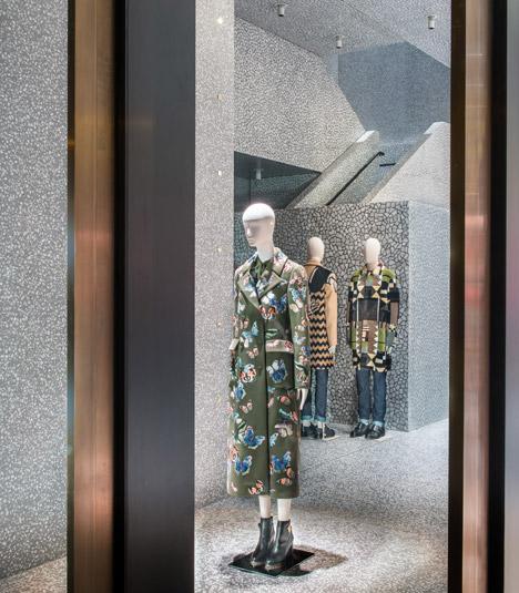 Дизайн панорамного остекления в интерьере магазина одежды