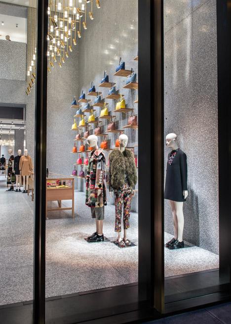 Дизайн окон в интерьере магазина одежды