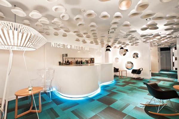 Бирюзовый и белый цвет в дизайне интерьера отеля