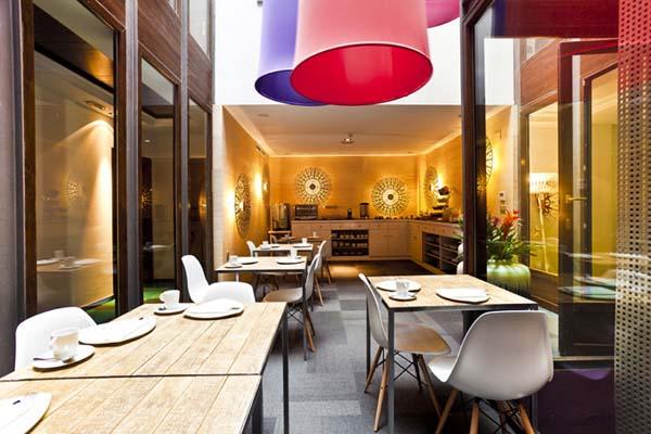 Яркие цвета в дизайне интерьера отеля