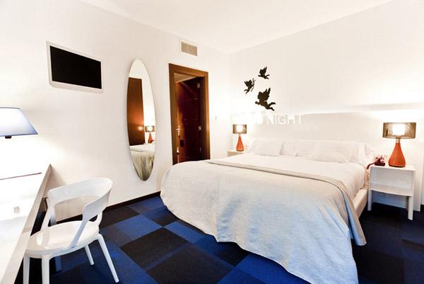 Синий, черный и белый цвет в дизайне интерьера отеля