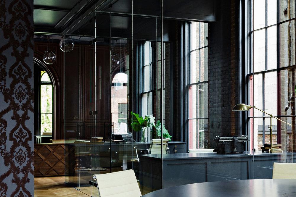Столовая в готическом стиле в интерьере квартиры