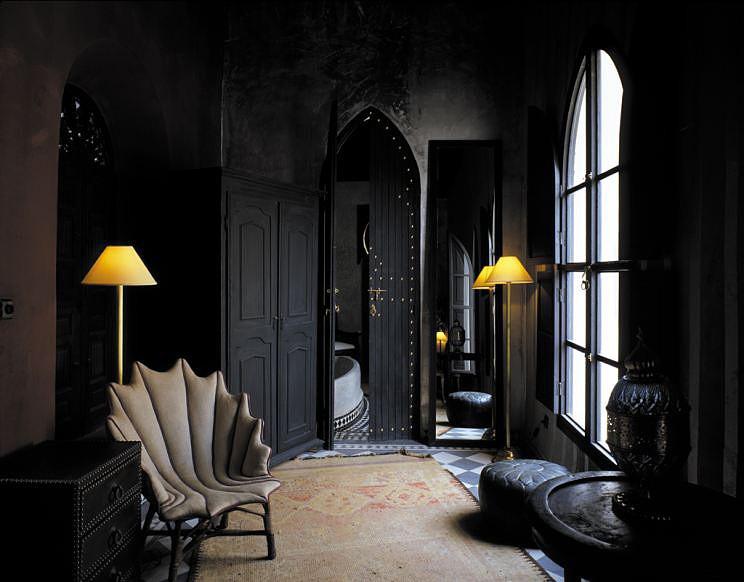 Готический стиль в интерьере квартиры в темных тонах
