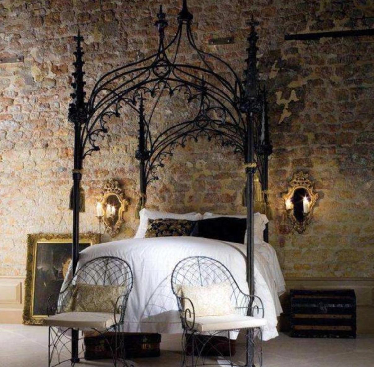 Кованые кровати в готическом стиле в интерьере квартиры