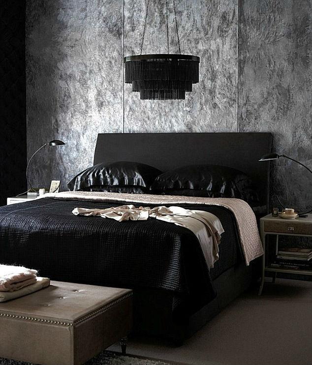 Черная кровать в готическом стиле в интерьере квартиры