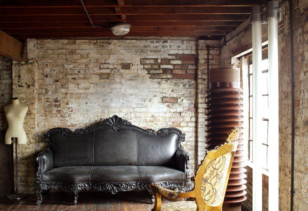 Мягкая мебель в готическом стиле в интерьере квартиры