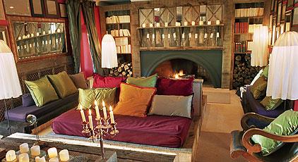Интерьер общей зоны отдыха с мягкой мебелью в мини-отеле