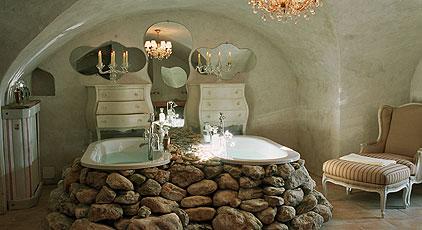 Камень в дизайне интерьера ванных комнат в мини-отелях