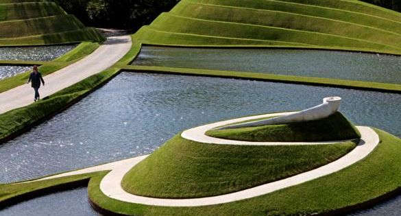 Террасы на берегу водоемов в Саду космических размышлений Чарльза Дженкса
