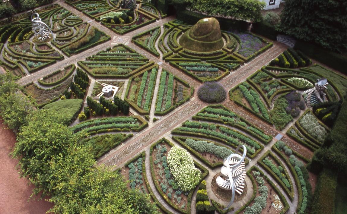 Регулярный Сад ДНК в дизайне Сада космических размышлений Чарльза Дженкса