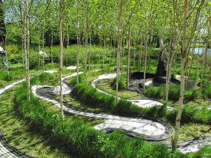 Зона березового сада в Саду космических размышлений Чарльза Дженкса