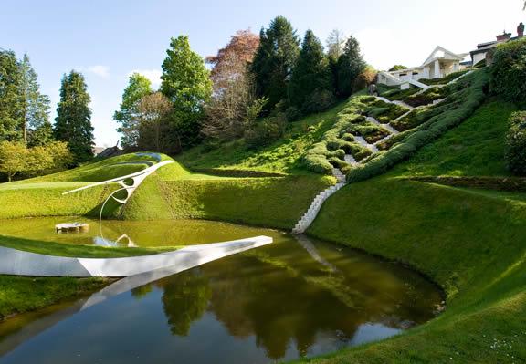 Лестница Каскад Вселенной в ландшафтном дизайне Сада космических размышлений Чарльза Дженкса
