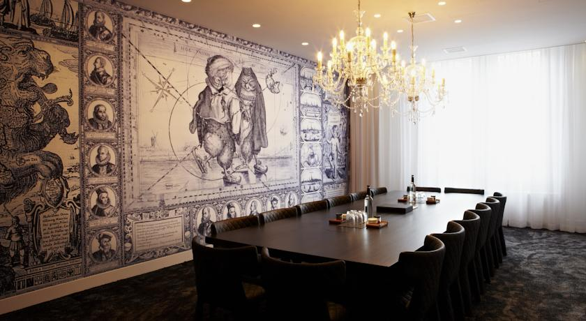 Керамическое панно в голландском стиле в интерьере отеля Andaz от Марселя Вандерса