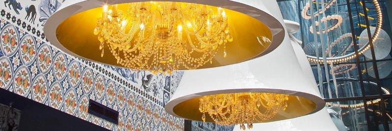 Винтажные светильники в форме колокольчиков в интерьере голландского отеля Андаз от Марселя Вандерса