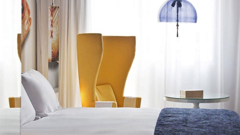 Дизайн интерьера от Марселя Вандерса для спальни в номере отеля Andaz