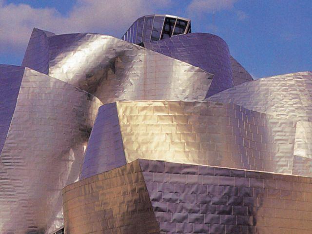 Металлические фасады музея Гуггенхайма в испанском Бильбао