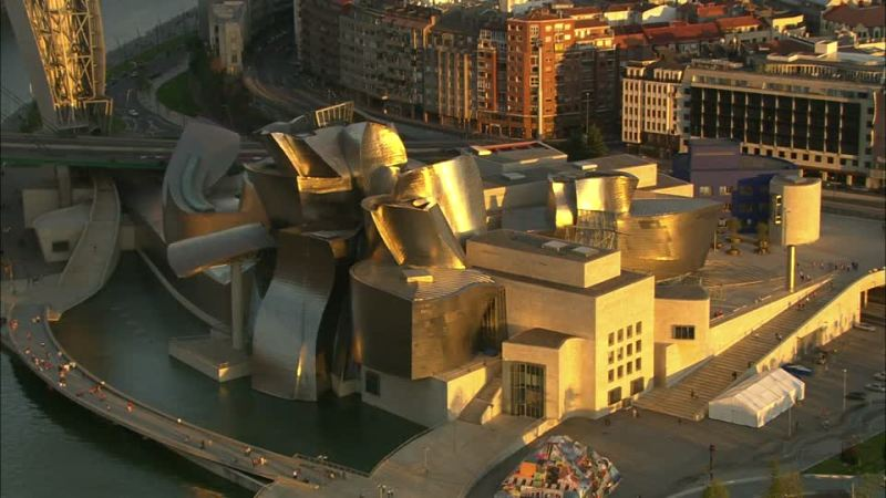 Музей Гуггенхайма в испанском Бильбао в городской застройке