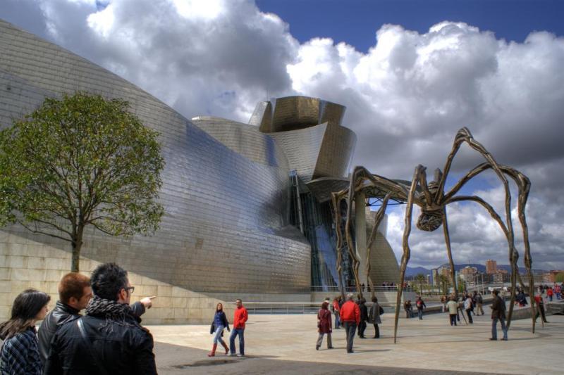 Музей Гуггенхайма в испанском Бильбао снаружи