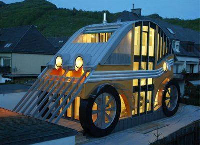 Необычный деревянный дом - пример дизайна таунхауса