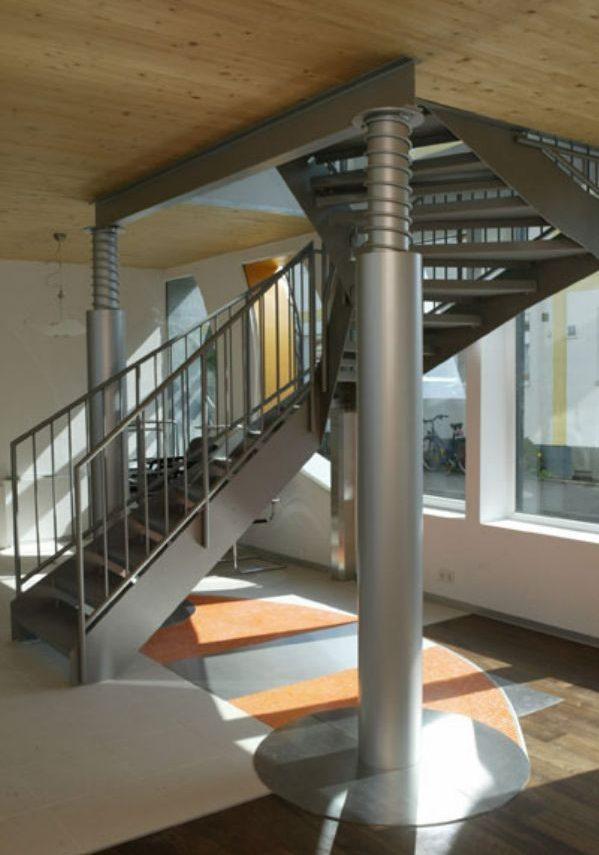 Необычный деревянный дом с металлической лестницей на второй этаж
