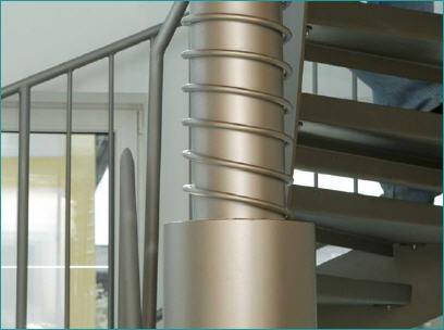 Металлическая винтовая лестница в необычном деревянном доме