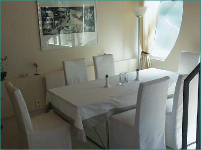 Интерьер кухни-столовой в необычном деревянном доме
