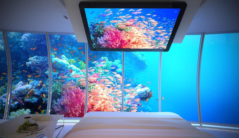 Экран для наблюдения за подводным миром в номере подводного отеля в Дубае, ОАЭ