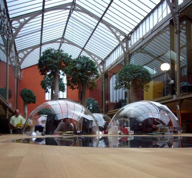 Пример использования гнутого стекла для дизайна интерьера офиса