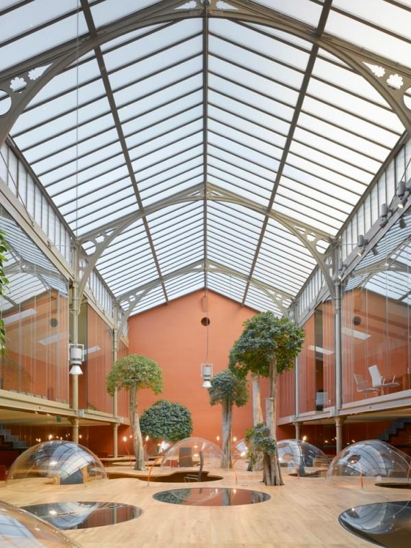 Пример дизайна потолочного плафона из стекла для интерьера офиса
