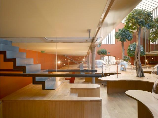 Пример дизайна лестничных маршей для двухуровневого офиса