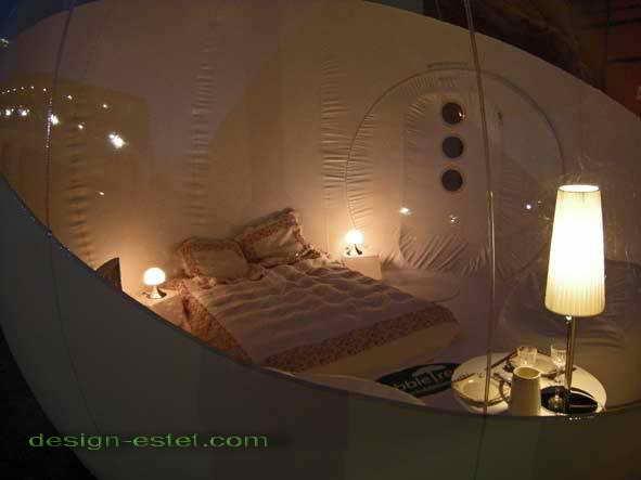 Прозрачный потолок номера отеля во Франции