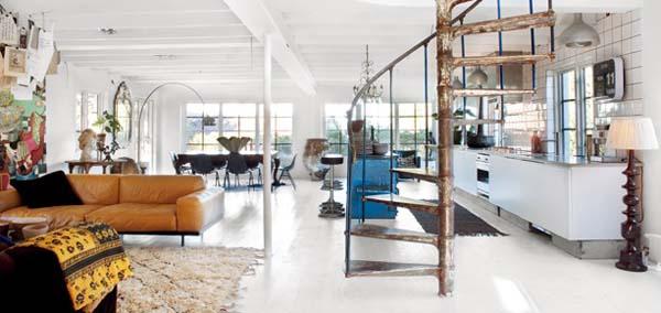 Металлическая лестница в интерьере гостиной в стиле винтажного ретро