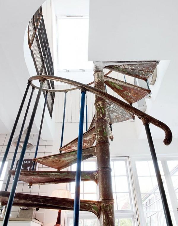 Лестница в интерьере гостиной в стиле винтажного ретро