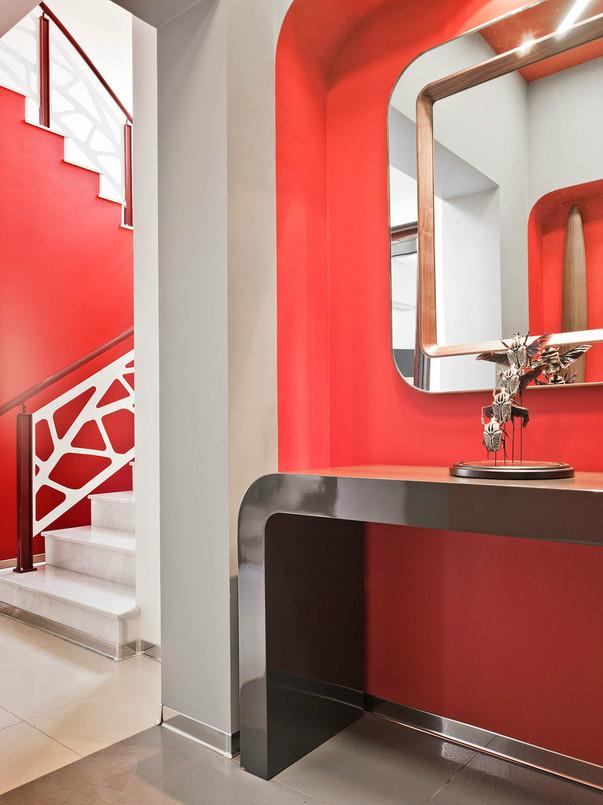 Ретрофутуризм в интерьере прихожей с лестницей