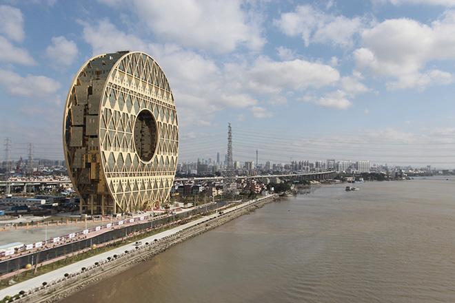Самый интересный небоскреб-диск в мире построен в Китае