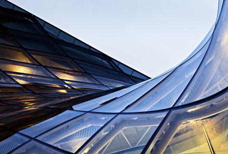 Современные стеклянные конструкции в архитектуре торгового центра Emporia