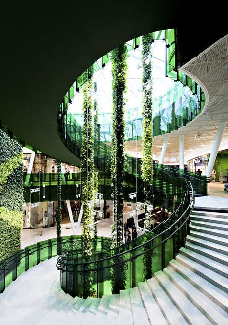 Современное внутреннее пространство и архитектура торгового центра Emporia