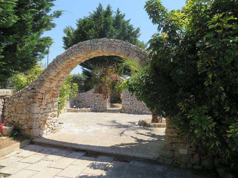 Придомовая территория старинного каменного дома в Италии