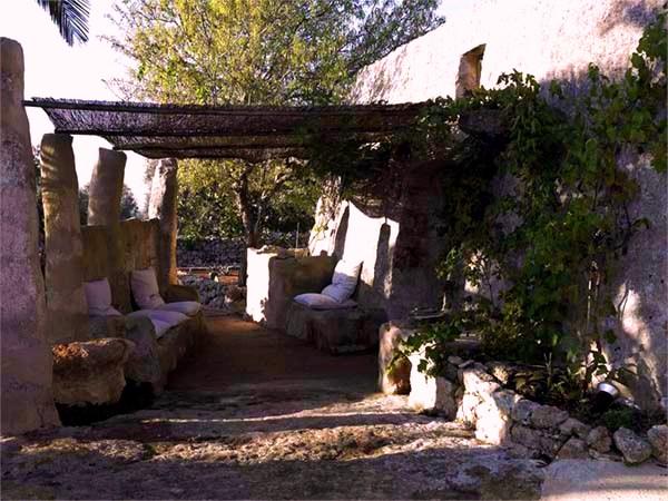 Зона отдыха под навесом старинного каменного дома
