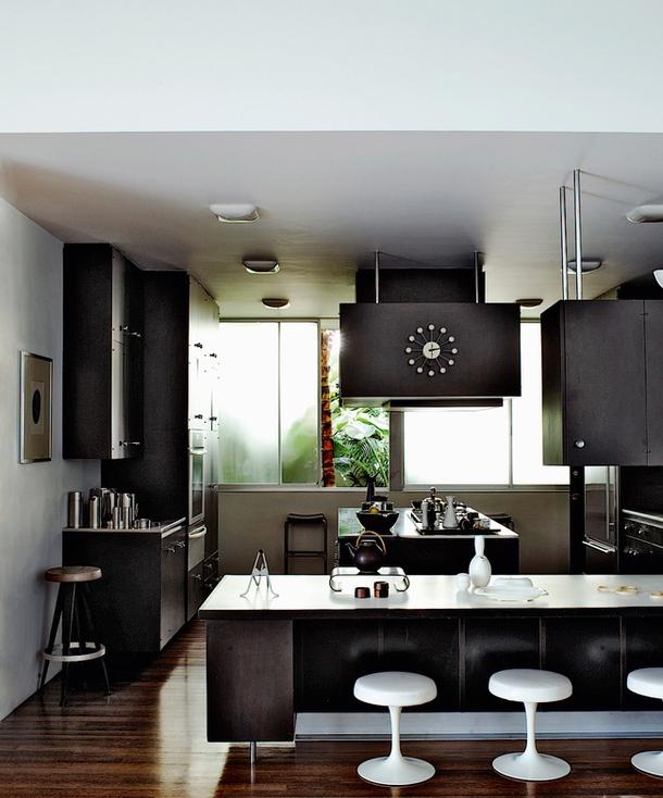 Интерьер кухни с барной стойкой в стиле модернизм