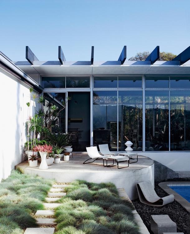 Ландшафтный дизайн дома в стиле модернизм от Нимейера