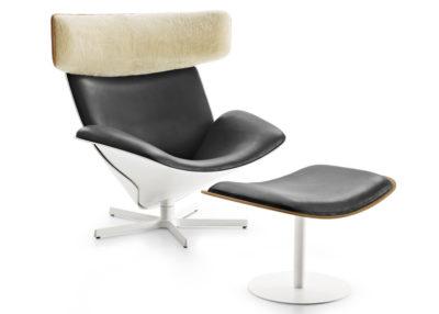 Домашнее кожаное черное кресло с пуфом для ног