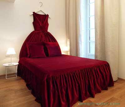 Дизайн интерьера номера в красных и белых тонах одного из самых дорогих отелей мира Maison Moschino Hotel Milan