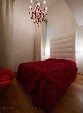 Дизайн номера в красных и белых тонах одного из самых дорогих отелей мира Maison Moschino Hotel Milan