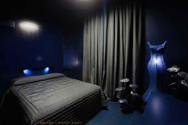 Дизайн номера в синих и черных тонах одного из самых дорогих отелей мира Maison Moschino Hotel Milan