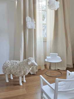 Дизайн белой мебели для номера одного из самых дорогих отелей мира Maison Moschino Hotel Milan