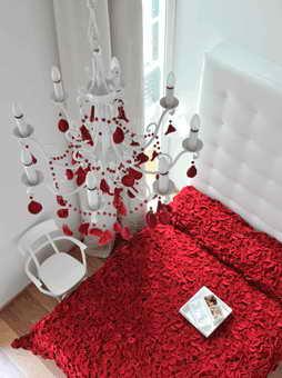 Дизайн номера в красно-белом тоне для одного из самых дорогих отелей мира Maison Moschino Hotel Milan