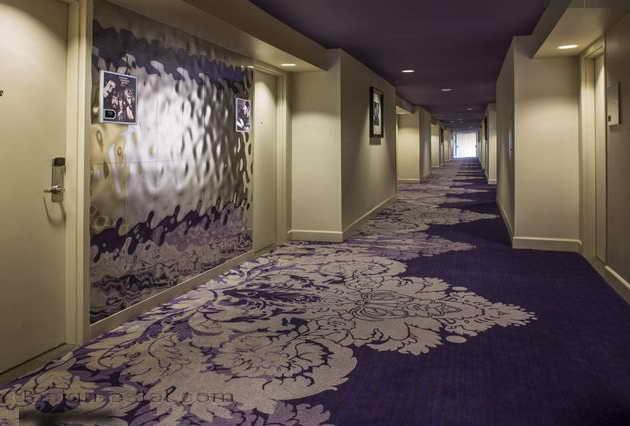 Дизайн коридоров в интерьере отеля в стиле американского ретро
