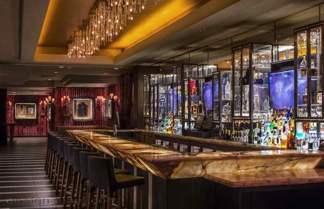 Дизайн лобби в интерьере отеля в стиле американского ретро