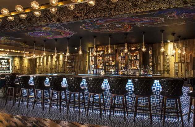 Дизайн барных стульев в интерьере ресторана отеля в американском стиле ретро